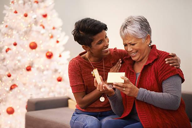 erleben sie die freuden von erteilen und entgegennehmen - geschenke eltern weihnachten stock-fotos und bilder