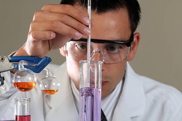 experiment chemiker - berühmte physiker stock-fotos und bilder