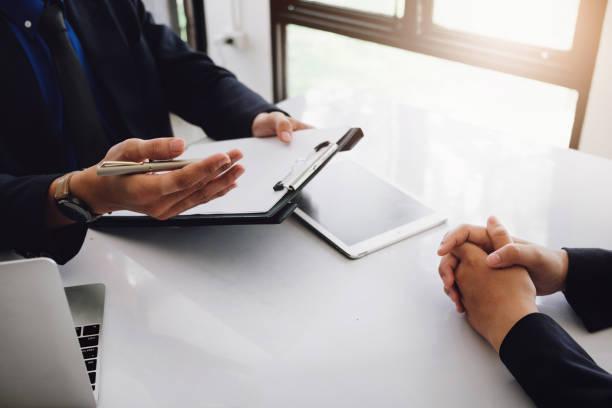 experimentell eller intervjua hr ställer psykologiska frågor med arbetssökande. - job interview bildbanksfoton och bilder