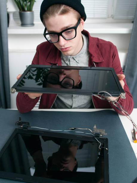 expert examing neue laptop-monitore closeup - desktop hintergrund hd stock-fotos und bilder