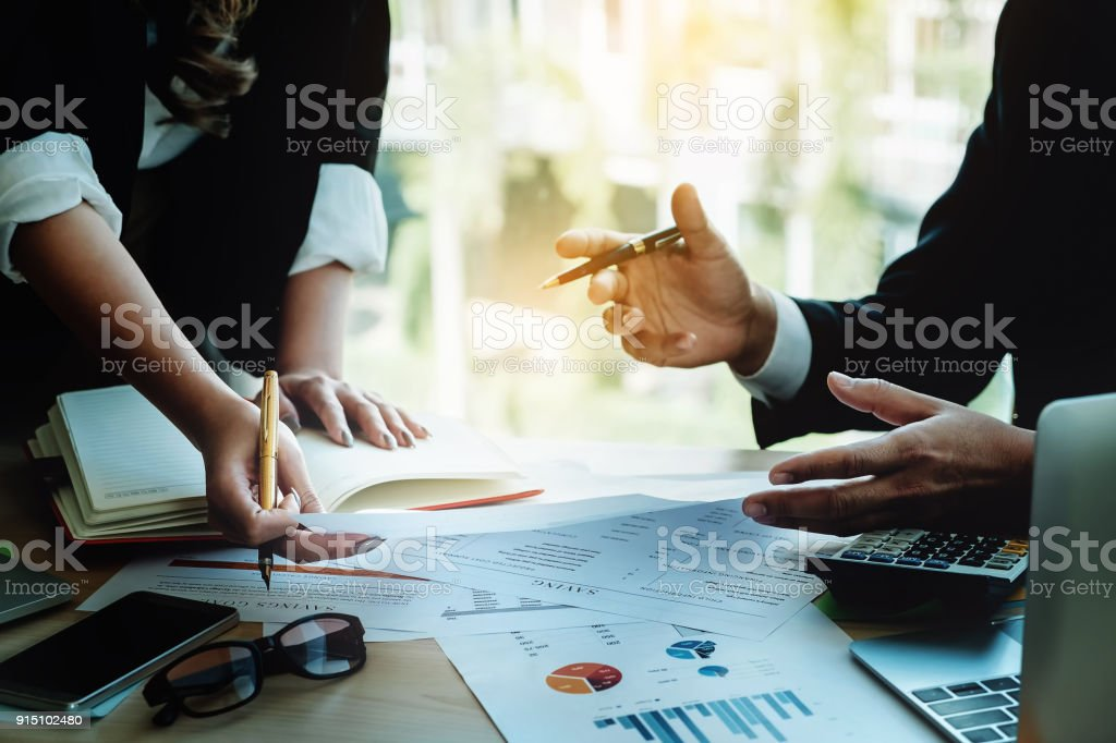CEO Explain analysieren des Unternehmens Absatzplan Partnerschaft mit Verwendung Computer Laptop, Handy, finanziellen Dokumenten- und Rechner in – Foto