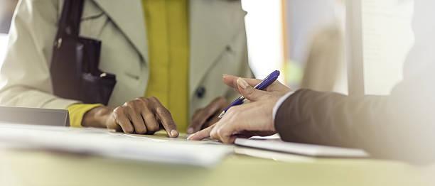 Explaining contract details – Foto