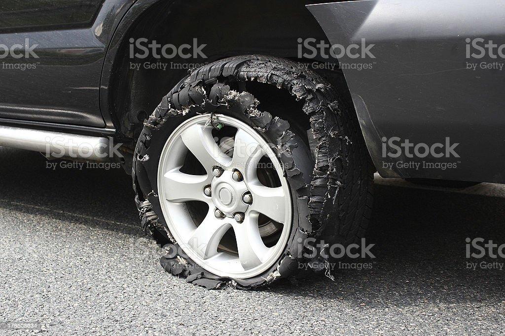 Desplegada camión tire - Foto de stock de Accidente de automóvil libre de derechos
