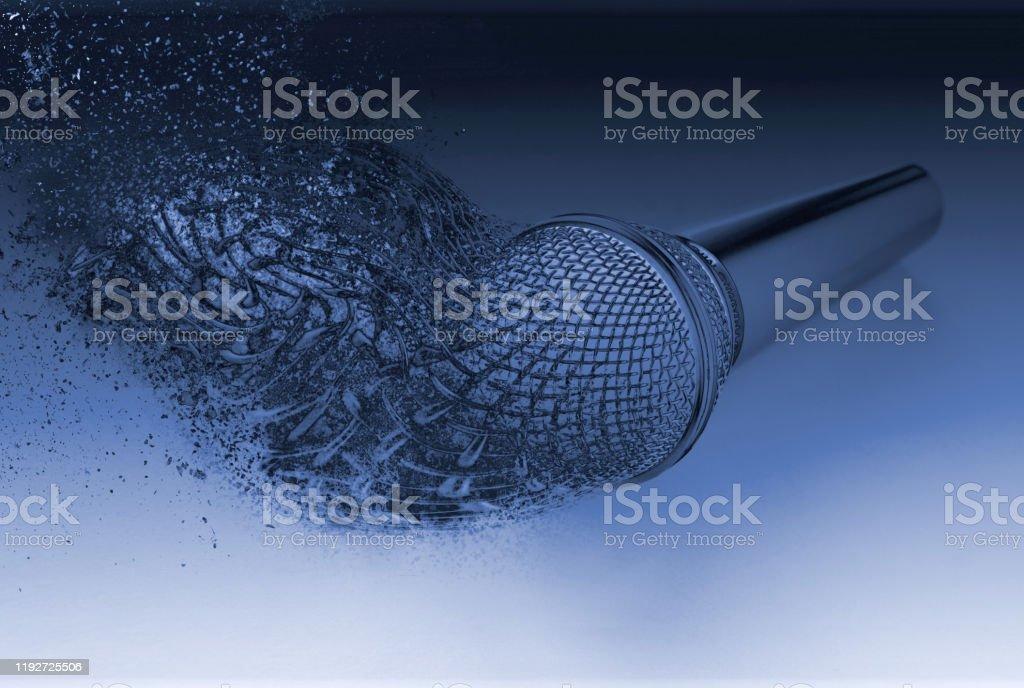 Explodierendes Mikrofon platzen in Stücke Fragmente zerstreut - Lizenzfrei 2020 Stock-Foto