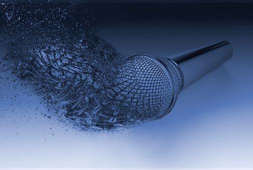 Explodierendes Mikrofon Platzen In Stücke Fragmente Zerstreut Stockfoto und mehr Bilder von 2020