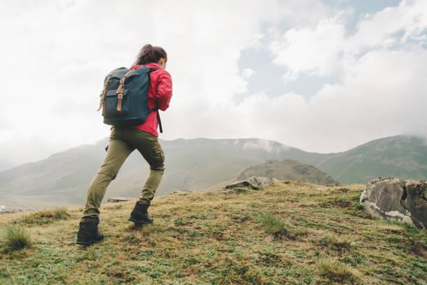 エクスプ ローラーの少女が丘の上行きます。 - 登山 ストックフォトと画像