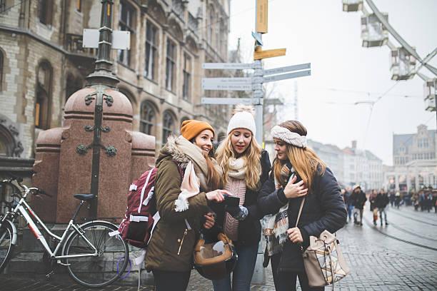 exploring europe with my best friends - gute winterjacken stock-fotos und bilder