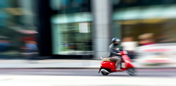exploration de londres sur la moto - moped photos et images de collection