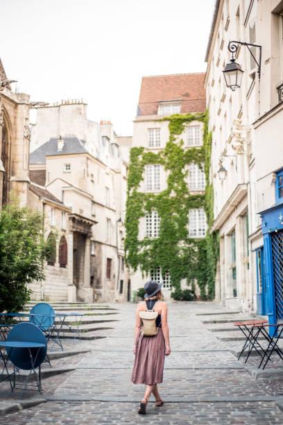 explorando las calles vacías de parís francia - moda parisina fotografías e imágenes de stock