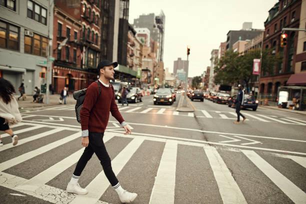 通りを散策 - 男性のファッション ストックフォトと画像