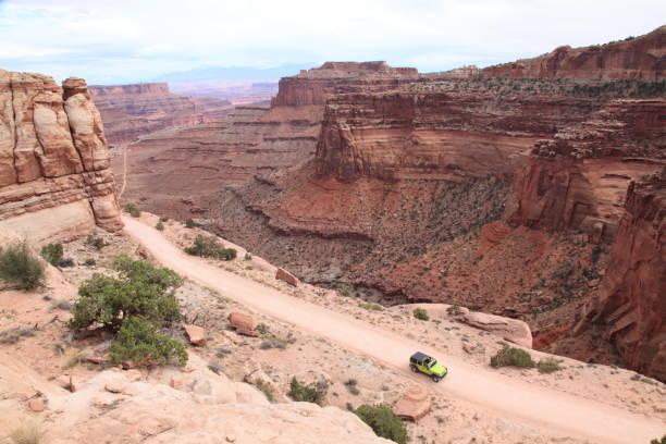 verkennen parcours op eiland in de hemel in canyonlands national park, utah - moab utah stockfoto's en -beelden