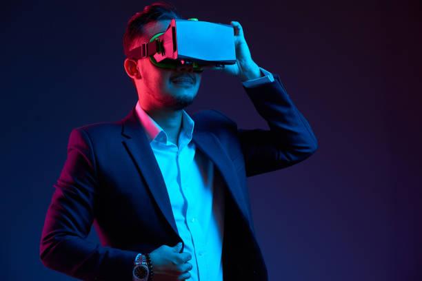sanal gerçeklik keşfetmek - sanal gerçeklik stok fotoğraflar ve resimler