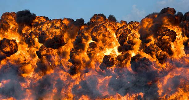 explosion: feuerball und rauch - große waffen stock-fotos und bilder