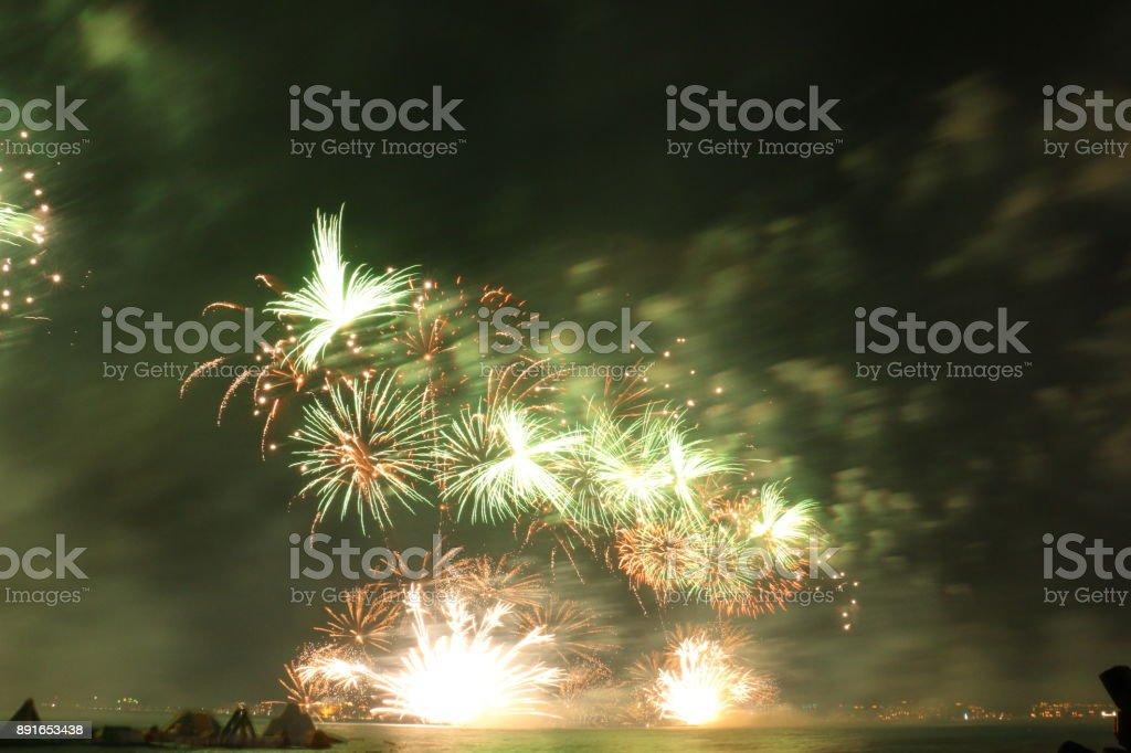 Explosión De Fuegos Artificiales Multicolores En Dubai Contra El ...