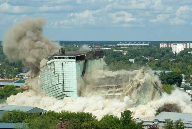 explosion du vieux bâtiment - imploser photos et images de collection