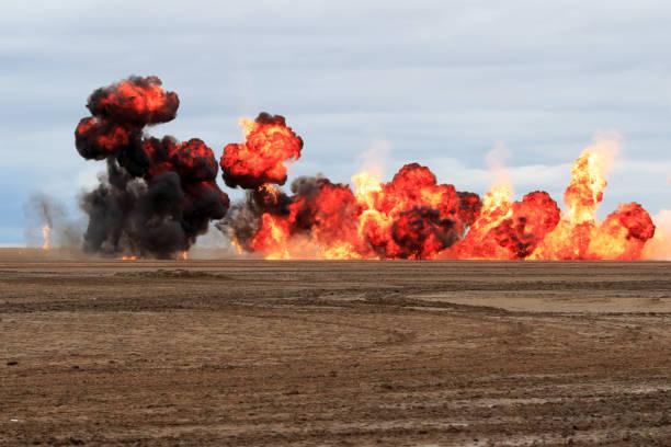 explosionen am sandstrand - große waffen stock-fotos und bilder