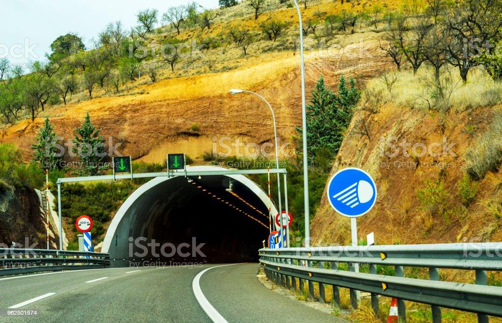 expressa estrada que conduz ao túnel, o túnel através da montanha - Foto de stock de Areia royalty-free