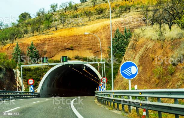 Foto de Expressa Estrada Que Conduz Ao Túnel O Túnel Através Da Montanha e mais fotos de stock de Areia
