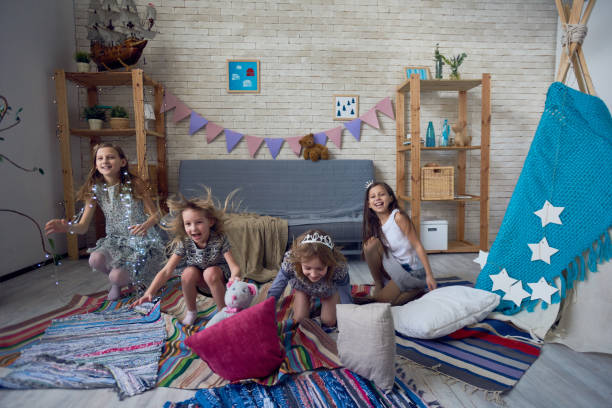 expressive kinder spaß im spielzimmer - prinzessinnen torte stock-fotos und bilder