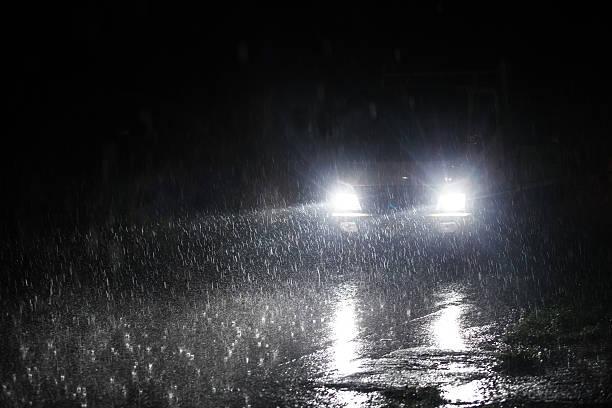 Autopista lluvias crepúsculo. - foto de stock