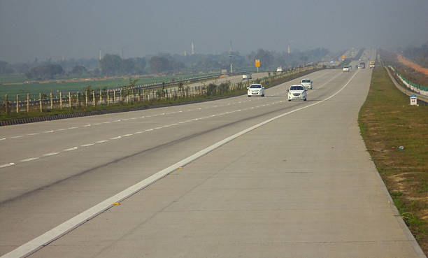 expressway - zweispurige strecke stock-fotos und bilder