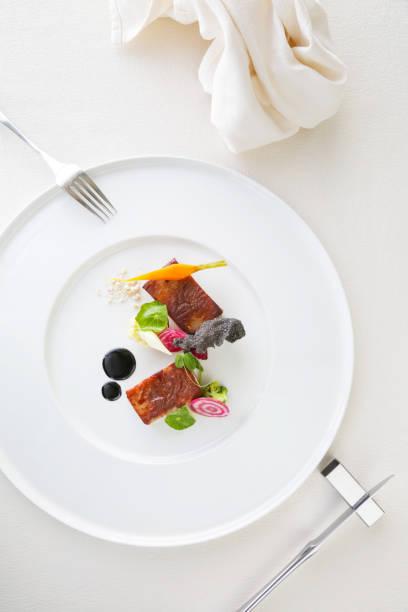 exquisite speise, kreative mahlzeit restaurantkonzept, haute couture essen - kochkunst stock-fotos und bilder