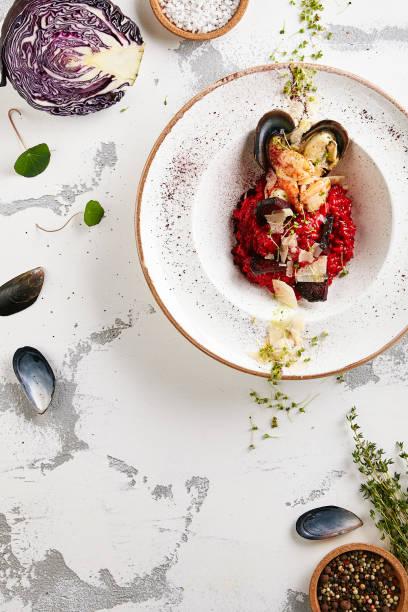 Exquisite Servieren Rote Bete Risotto oder Rüben Meeresfrüchte Paella – Foto