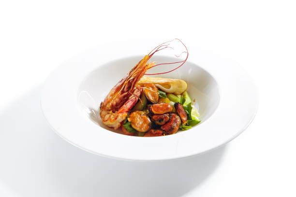 Exquisite serviert warmen Salat mit Meeresfrüchten und Avocado – Foto