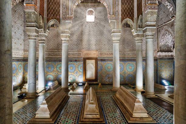 prachtig tegelwerk detail in marokkaanse mausoleum - mausoleum stockfoto's en -beelden