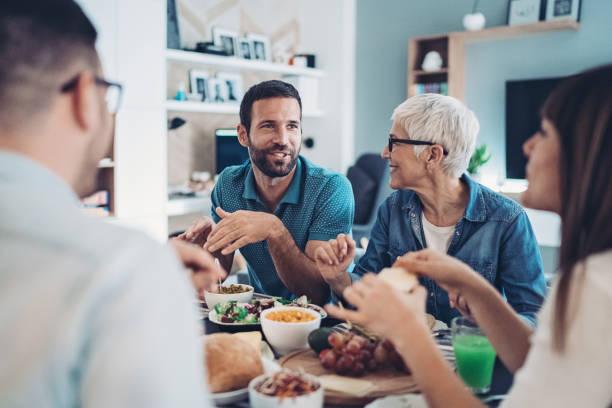 przedłużony rodzinny lunch - kolacja spotkanie towarzyskie zdjęcia i obrazy z banku zdjęć