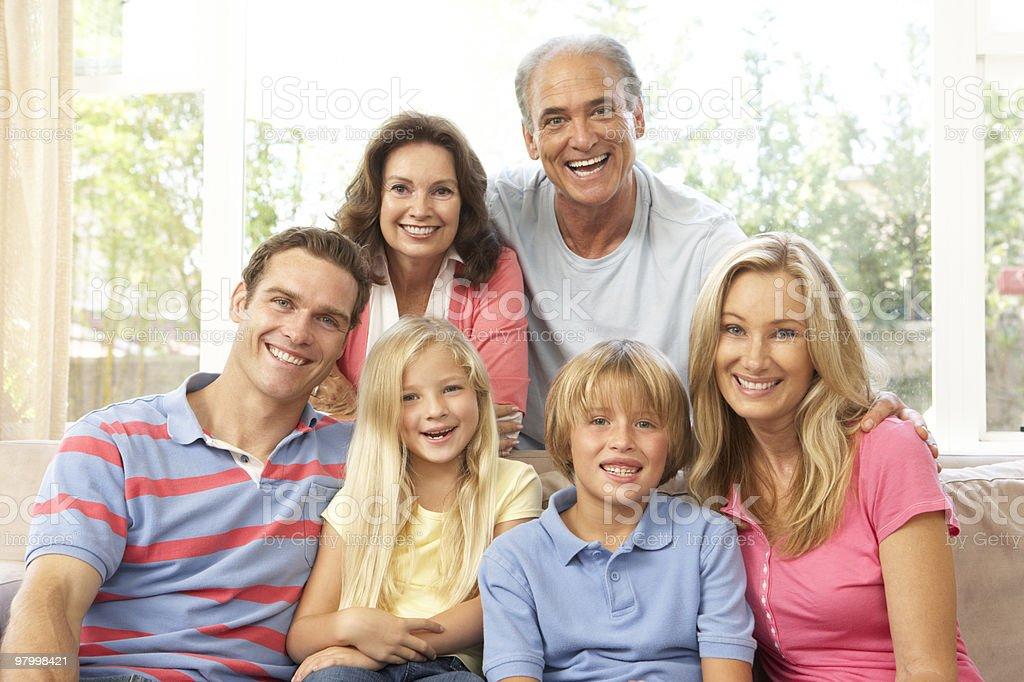 Família alargada relaxando em casa foto royalty-free