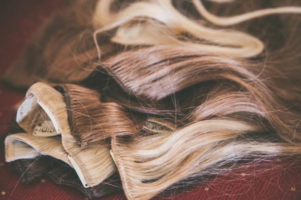 verlängerung pro capelli biondi con clip - halbperücke stock-fotos und bilder