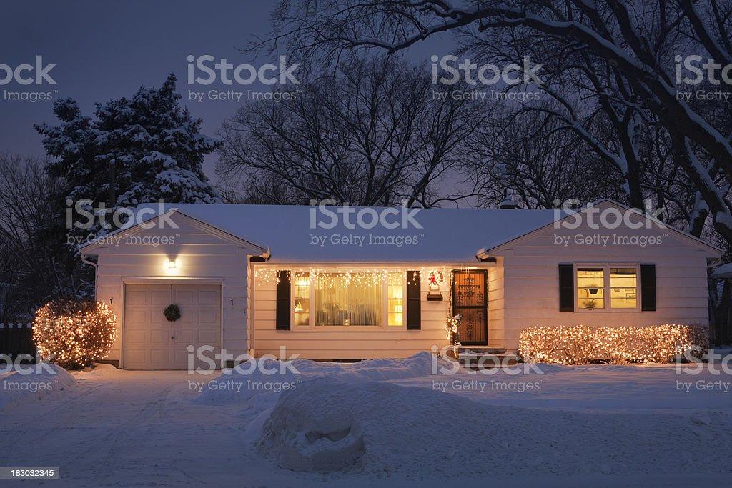 Esterno luce di natale decorazione in casa fotografie stock e