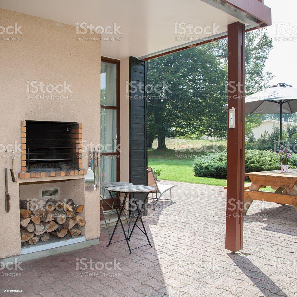 Außenansicht Überdachte Terrasse Mit Kamin Und Möbel Stockfoto und ...