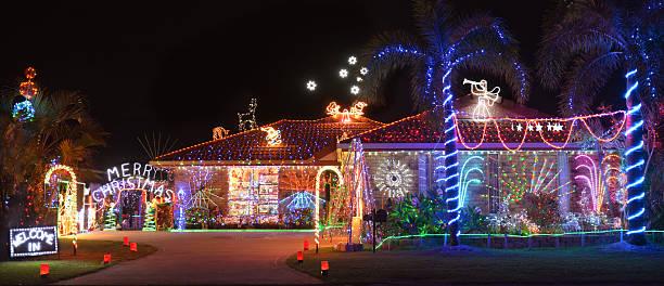 außenansicht am abend von weihnachten eingerichtete haus im südlichen hemisphere - weihnachtlich beleuchtete häuser stock-fotos und bilder