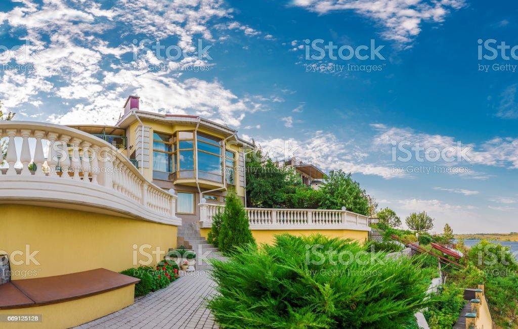 Außenansicht Villa Im Modernen Stil, Umgeben Von Der Natur Lizenzfreies  Stock Foto