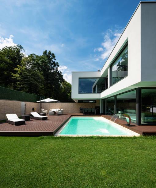 Äußere moderne weiße Villa mit Pool und Garten – Foto