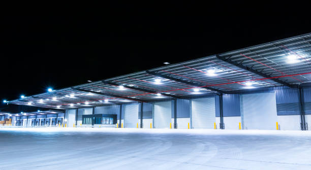 exterior of a large industrial warehouse in a commercial zone. - musica industrial foto e immagini stock