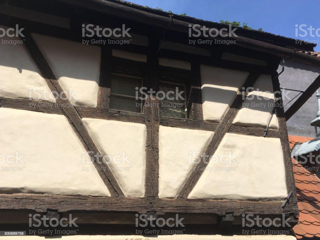 Außen Aus Einem Holz Rahmen Und Stuck Haus Tudorstil Mit Reetdach In ...