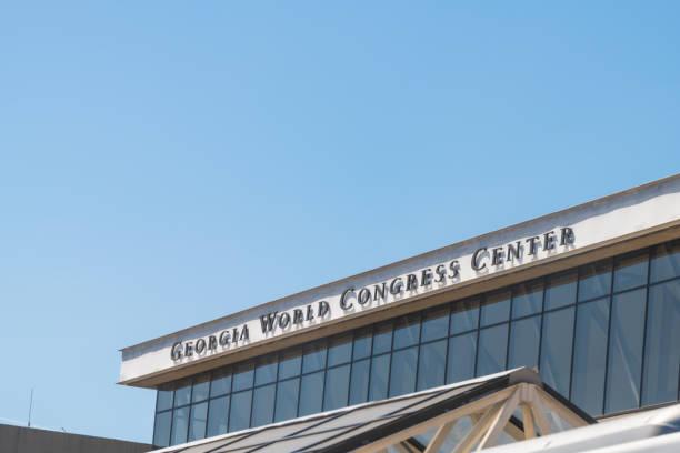 außenseite des gebäudes mit moderner architektur und schild für georgia world congress center - größte städte der welt stock-fotos und bilder