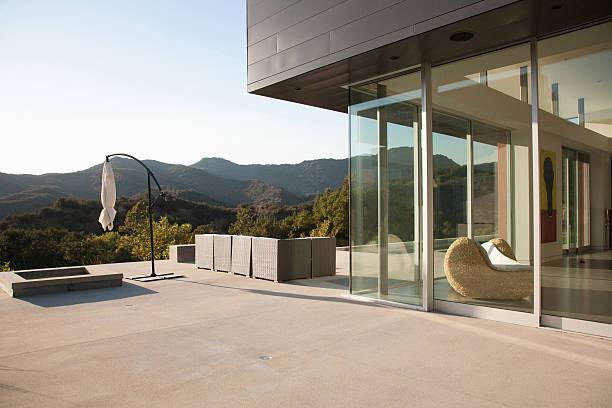façade de maison moderne - architecture intérieure beton photos et images de collection