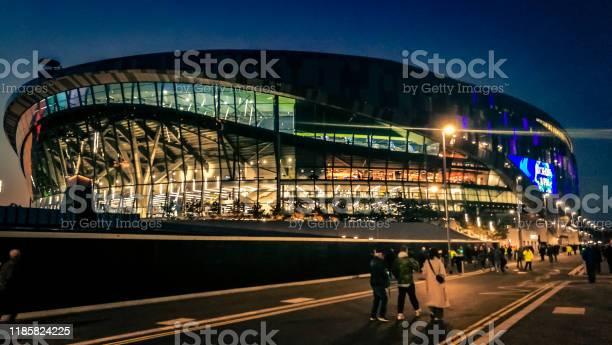 Foto De Exterior Do Estadio Novo De Tottenham Hotspur Iluminado Na Noite Em Londres Reino Unido E Mais Fotos De Stock De Arquitetura Istock