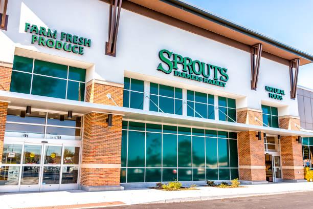 Exterior da loja Sprouts Farmers Market com placa de produtos frescos de fazenda na rua - foto de acervo