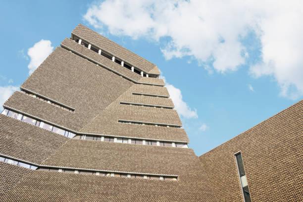 Äußere der Tate moderne Museumsarchitektur mit blauem Himmel in London – Foto