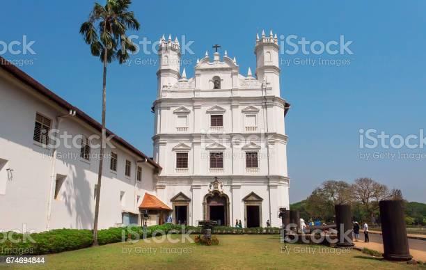 白い歴史的建物アッシジの聖フランシス教会の外観は1661 年に建てられ ...