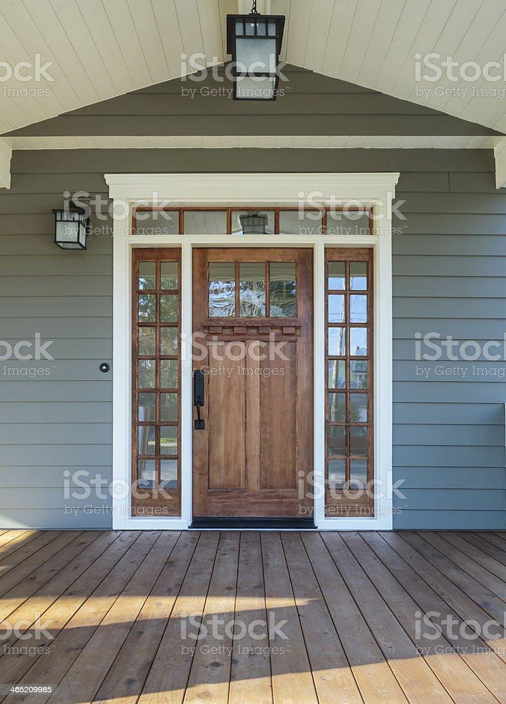 Außenansicht der eine hölzerne Tür auf gehobenen Klasse – Foto