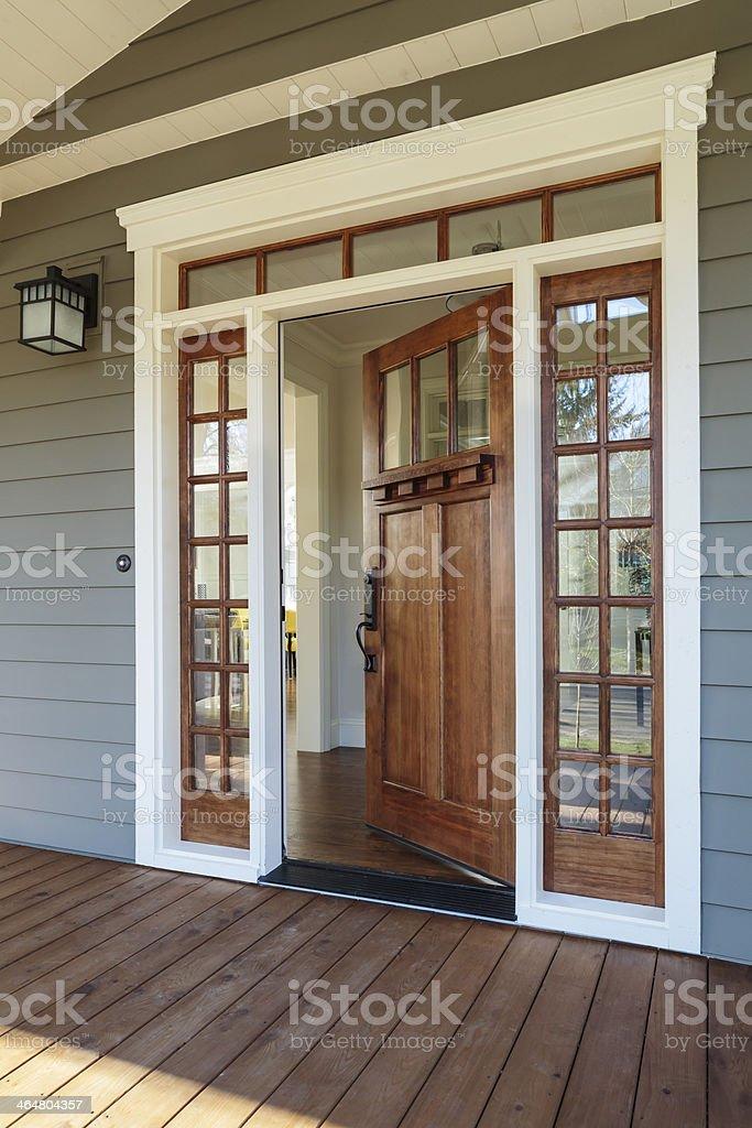Außenansicht eines offenen hölzerne Tür – Foto