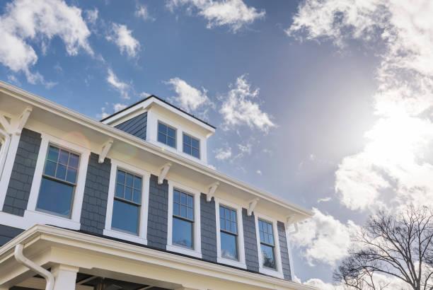 vista exterior de uma casa com muitas janelas - edifício residencial - fotografias e filmes do acervo