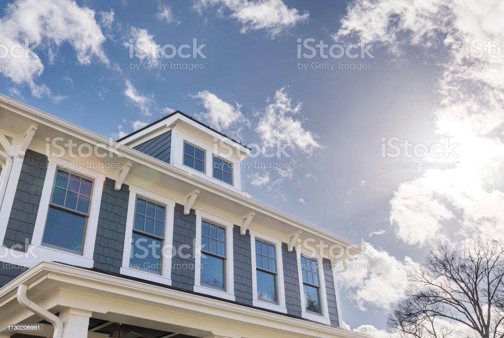 Außenansicht eines Hauses mit vielen Fenstern – Foto