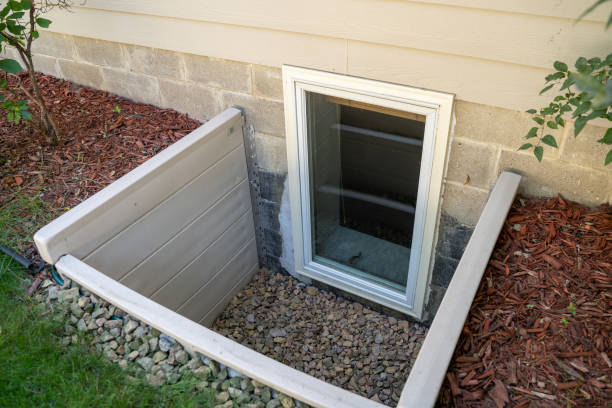 vista exterior de una ventana de salida en un dormitorio en el sótano. estas ventanas son necesarias como parte del código de incendios de ee.uu. para dormitorios en el sótano - basement fotografías e imágenes de stock